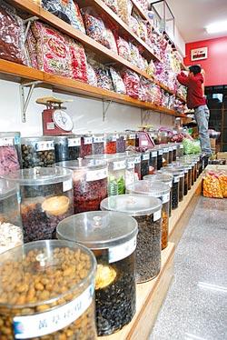 ▲吉美香食品的零嘴種類上千種,四五年級愛吃的蜜餞,連販售方式都維持傳統。攝影  高政全