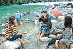 ▲馬來西亞遊客來烏來尋找野溪溫泉,大呼過癮。攝影  王曉鈴