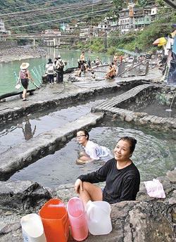 ▲來泡烏來野溪溫泉的遊客,男女老少都有。攝影  王曉鈴