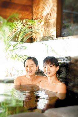 ▲紐澳華的VILLA湯池是石砌造景,姐妹淘一起泡湯,自在舒服。攝影  方濬哲