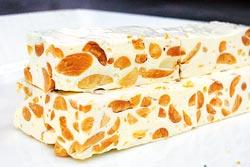 ▲苗栗100號牧場鮮乳牛軋糖,不使用奶粉、色素與人工調味劑,顏色較為米黃。攝影  陳志東