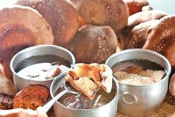 ▲用段木香菇煮雞湯,香氣四溢。攝影  鄧博仁