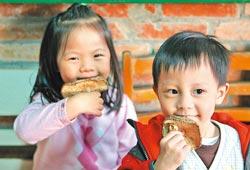 ▲農場開放讓民眾現採新鮮香菇,也可以購買乾燥香菇。攝影  鄧博仁