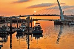 浪漫夕照▲淡水漁人碼頭的黃昏已是台灣著名的一處風景。攝影  唐嘉邦