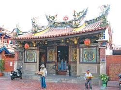▲國家2級古蹟鳳山龍山寺從屋頂剪粘、石材雕刻等全體造型,都相當可觀。攝影  張立勳