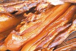 ▲老譚湖南臘肉製作過程費時,但外表金黃漂亮,香氣迷人。攝影  陳志東