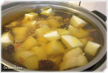 4.煮好後就放入切好的山藥,外鍋加半杯的水燉煮,最後再加點鹽巴調味就完成了