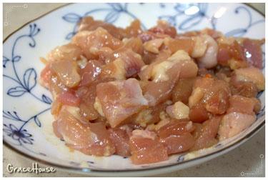 1.先將雞腿肉切成適當的大小後,用點醬油醃一下