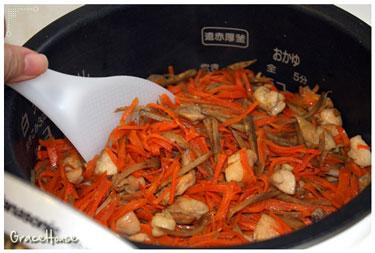 要吃的時候再將所有的材料攪拌一下,香噴噴的日式雜炊飯就完成囉~