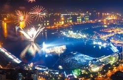 水火共舞▲高雄市燈會20日在光榮碼頭盛大開幕,炫麗的煙火秀,照亮浪漫的高雄港夜空,配合著水舞,讓現場觀眾驚呼連連。攝影  謝明祚