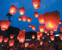 ▲夢想起飛:一年一度的平溪天燈節,20日晚間在台北縣平溪鎮菁桐國小登場。參加民眾一起點燃寫滿願望的幸福天燈,一時間天燈齊飛,乘載著眾人的希望和夢想飛向天際。攝影  黃國書