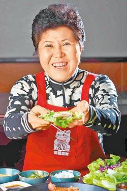 老闆金玉煥▲這位愛乾淨的婆婆年近70歲,做菜很重細節。攝影  鄭夙玲