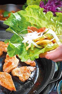 豬肉鐵板烤肉/兩人份600元▲採用優質梅花肉,可搭配生菜及多樣韓式小菜。攝影  鄭夙玲