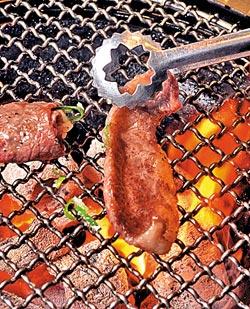 ▲同樣是腹肉,後腹肉較為柔軟香甜,咬下是滿口油,而加上蔥花的◆,口感就比較清爽。攝影  王英豪