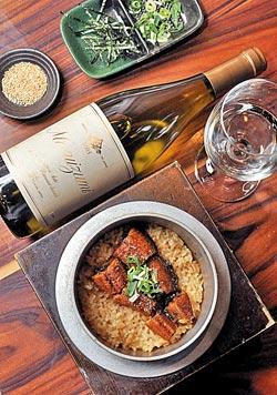 ▲喜歡口感和香氣較為複雜而厚重的料理,例如鰻魚釜飯或是重口味的燒肉,可以選擇經過法國橡木桶熟成的滿壽泉Special。攝影  王英豪