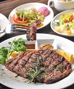 USDA佛羅倫斯碳烤牛排▲10盎司的牛排幾乎比人的臉還要大,加上無限取用的精緻沙拉吧,讓你吃到撐。攝影  王英豪