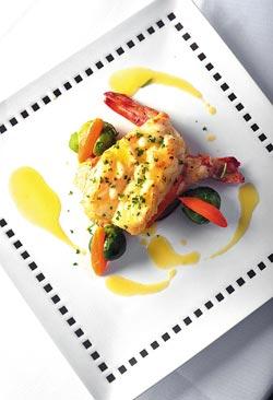 鮮蘆筍明蝦捲/780元+10%▲兩尾對開的彈牙大明蝦,底襯牛番茄片,配菜則是小包心菜和紅蘿蔔。攝影  王英豪