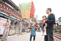 ▲平溪是天燈的故鄉,相傳放天燈已有兩百年歷史。攝影  王曉鈴