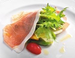 帕馬森火腿搭秋季蔬果沙拉▲帕馬森火腿下覆蓋10種新鮮蔬菜,放在嘴裡咀嚼,彷如春到人間。攝影  王英豪