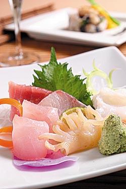 刺身/2000元套餐生魚片▲刺身選用當令新鮮食材,包括黑鮪魚中腹、烏魚參、水章魚、金目鯛、象拔貝,有些來自台灣本土,有些是日本空運來台。攝影  楊為仁