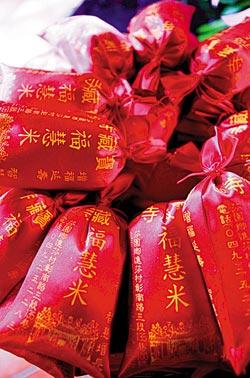 ▲寶藏寺的福慧米是廟方提供給信徒保平安的福氣米。攝影  黃國書