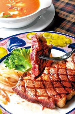 美國A選沙朗牛排9oz套餐850元,單點680元▲洋旗強調食材嚴選,而且料理手法原汁原味,連配菜的蜜地瓜都不馬虎。攝影  王英豪
