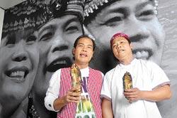 ▲店長林照明(左)與主廚林照輝兄弟經常隨興高歌一曲。攝影  劉宗龍