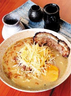 九州肉絲細蔥拉麵/260元▲甘甜湯頭與鬆軟地瓜增添親切感,混合辣油的蔥白絲既辛且脆。攝影  趙雙傑