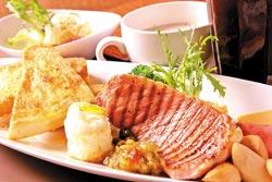 元氣早餐/149元▲以煎豬里肌為主菜,搭配火腿、杏鮑菇、雞蛋、地瓜泥和法式麵包,外加生菜沙拉、濃湯和飲料,讓人元氣滿滿。攝影  楊為仁