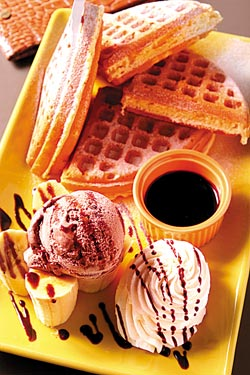 香蕉巧克力冰淇淋鬆餅/120元▲鬆餅搭配巧克力冰淇淋和新鮮香蕉,創意吃法帶來多層次的口感。攝影  楊為仁