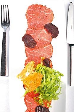 松露菲力薄片水芹沙拉單點300元+10%▲以香煎的頂級菲力薄片搭配黑松露、日本水芹及帕瑪森起士脆片,是經典義大利前菜。攝影  鄭夙玲