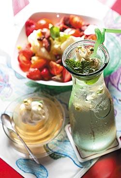▲柚花冰茶必須先以熱水燙過新鮮柚花,隨即冰鎮同時加入薄荷。攝影  鄧博仁
