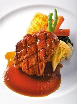 烤牛排佐黑松露醬950元晚間套餐主菜▲以黑松露醬和松露油熬煮出噴香醬汁,提出肉質本身的香氣和甜味,口感也很到位。攝影  王英豪