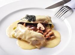 法式蘑菇佐白酒醬汁套餐前菜▲以薄餅包覆香菇、蘑菇、杏鮑菇、茶樹菇和珊瑚菇等多種菇類,淋上白酒醬汁與青醬,增添清香。攝影  王英豪