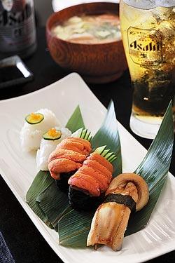 廖鎮漢最愛▲廖鎮漢(本報資料照)最愛吃的是小穴子、花枝和馬糞海膽壽司,跟隨英國和日本潮流,還要配上一杯冰涼的生啤酒。攝影  鄧博仁