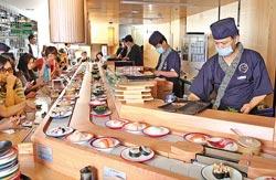 ▲開幕才第一天,丸壽司忠孝店生意就好的嚇嚇叫,中午用餐時間出現排隊人潮。攝影  鄧博仁