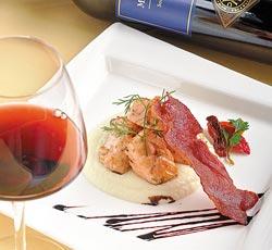 香煎鮭魚白花椰菜泥脆培根/380元+10%▲油脂豐富的鮭魚加上培根加持,豐富滋味可比紅肉料理,以單寧較淺的Merlot紅酒洗去口中油膩感。攝影  王英豪