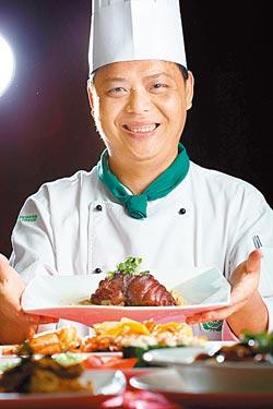 長園主廚余志雄▲研發新式客家菜,強調低鹹、低脂及高纖。攝影  鄭夙玲