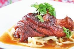 筍香茶油豬腳單點400元▲風味類似德國豬腳,軟嫩帶脆的客家筍干更是美味。攝影  鄭夙玲