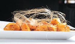 ▲六福皇宮的拔絲地瓜,像片皮烤鴨一樣,已成為頤園北京料理的招牌秀,白糖用油炒成糖漿,薄薄一層包覆著炸地瓜,並且拉拔成絲,既細又脆,吃下一塊,想再要兩塊。攝影  高政全