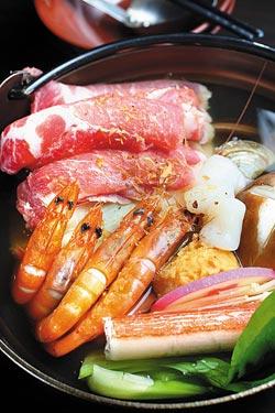 石頭小火鍋▲四月推出149元石頭小火鍋,有鮮蝦、牛肉、蛤蜊、干貝等海陸食材,還有日式昆布湯、麻辣湯兩種湯底。攝影  鄭夙玲