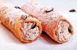 西西里式開心果乳酪脆捲/360元▲以油炸酥脆麵皮做成外皮,填入加入開心果碎和巧克力碎的乳酪,口感非常豐富。攝影  陳信翰