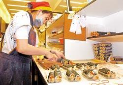 ★招牌菜/壽司1盒20~45元不等,蒸蛋20元▲老賊壽司都是員工每天現做現賣,客人拿到手上時還溫溫的。攝影  陳麒全