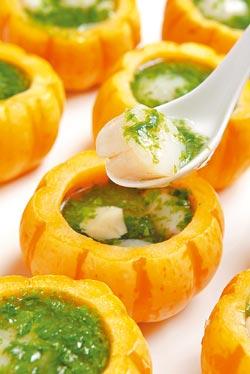 ▲黃配綠的金瓜芙蓉盅裡墊著蒸蛋、塞著干貝,滋味十分清爽。(萬元桌菜)攝影  高政全