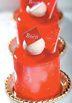 ▲以法國草莓果泥搭配杏仁蛋糕體與起司奶油夾餡,是日本總店銷售第一名的慕斯蛋糕。攝影  鄭夙玲