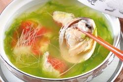 青海苔蛤清湯1200元套餐▲當季鮮魚搭配大蛤、新鮮海苔一起烹煮,湯頭清鮮味美。攝影  鄭夙玲
