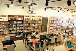 Booking▲空間寬敞舒適,有好書、好環境和美食,是全新型態的閱讀餐廳。攝影  楊為仁