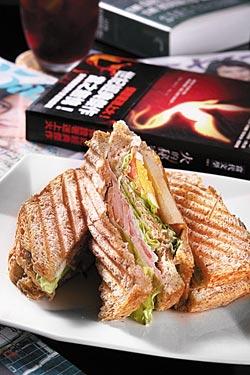 田園燻雞三明治/200元、會員160元▲用全麥麵包製作,燻雞肉、起司和雞蛋共三層,加上清脆多汁的生菜,口感清爽。攝影  楊為仁