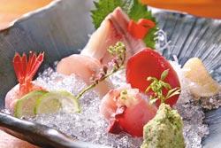 綜合生魚片/360元▲以時令季節魚類為主,圖中包括紅魽肚、海鱺肚、白魽肚、甜蝦、北海道生干貝、鮪魚刺身、飛翻魚等7種不同生魚片。攝影  楊為仁