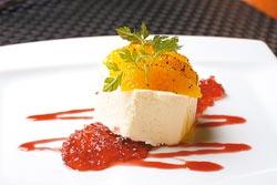 紅酒凍乳酪慕斯▲以奶油乳酪製成的慕斯蛋糕體,口感輕柔帶滑嫩,搭配以紅酒製成的果凍,滋味清爽。攝影  陳麒全